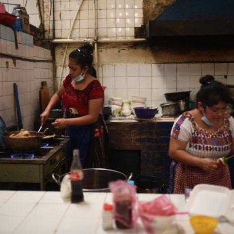 """Vendedoras de comida de mercados protestan a """"cacerolazos"""""""