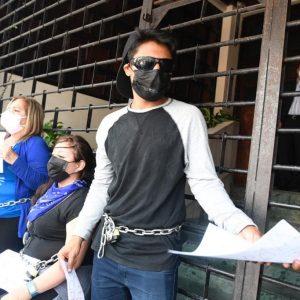 Un grupo de guatemaltecos se encadenó frente a la Corte de Constitucionalidad (CC).