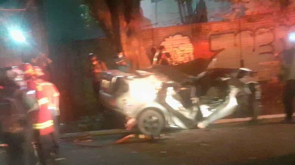 TRÁNSITO. Rescatan a conductor de un vehículo partido por la mitad
