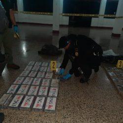 Interceptan embarcación con 104 paquetes de presunta cocaína