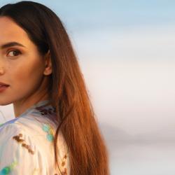 Adria Arjona es la imagen de la nueva fragancia de Giorgio Armani