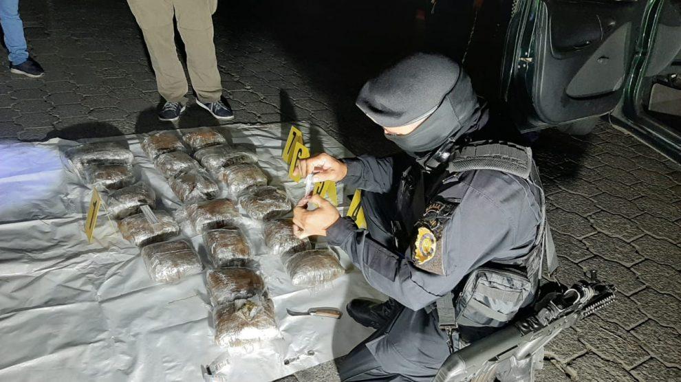 Dos hombres y una mujer fueron capturados por trasladar 20 kilos de marihuana.