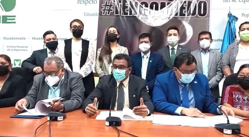 Diputados de la Unidad Nacional de la Esperanza (UNE) buscan que maestros ingresen en la segunda fase de vacunación contra el COVID-19.