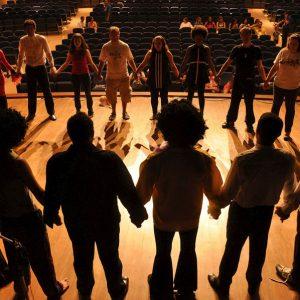 Artistas en un escenario