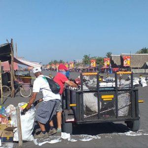 Recolección de basura en playa pública de Puerto San José