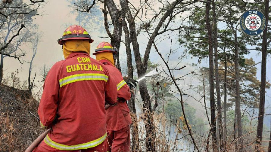 Bomberos combaten incendio forestal en las Minervas, en Mixco