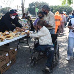 """Comparten comida a personas en condición de calle por la fiesta de la """"Divina Misericordia"""""""