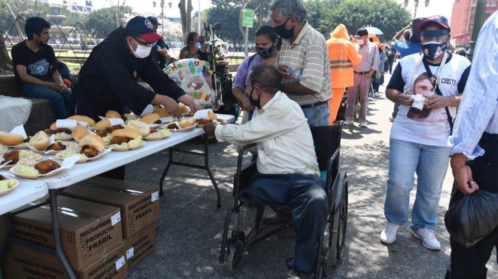 Brindan comida a personas en situación de calle