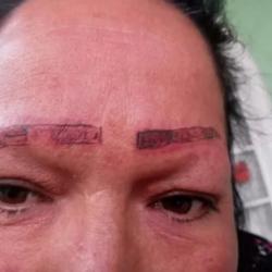"""""""Vean cómo dejaron a mi madre"""", joven denuncia a tatuadores"""