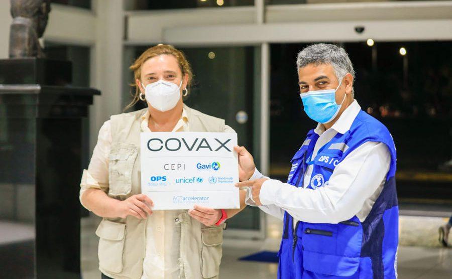 Representantes de OMS en El Salvador para recibir un nuevo lote de vacunas