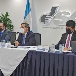 Autoridades de la Superintendencia de Administración Tributaria (SAT) en conferencia de prensa.