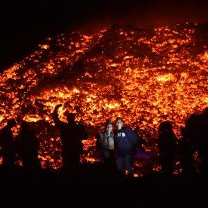 Río de lava del volcán Pacaya atrae a personas