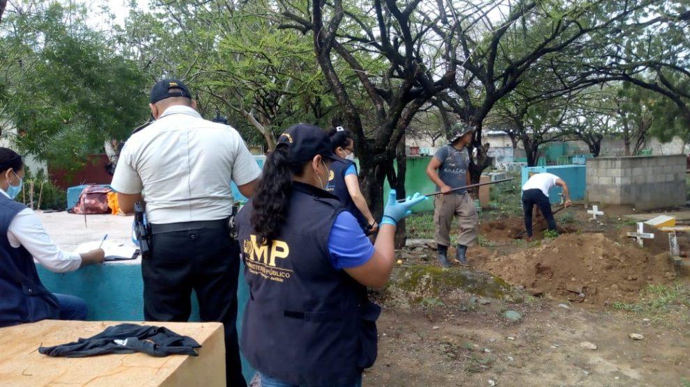 Realizan exhumación en el cementerio general de Zacapa por el caso Siekavizza.
