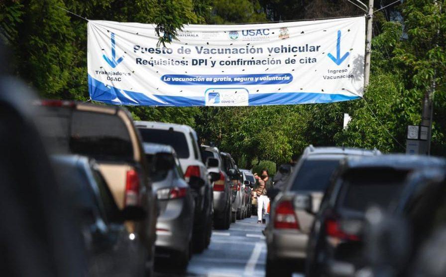 Guatemaltecos hacen largas filas esperando ser vacunados contra el nuevo coronavirus. COVID-19.