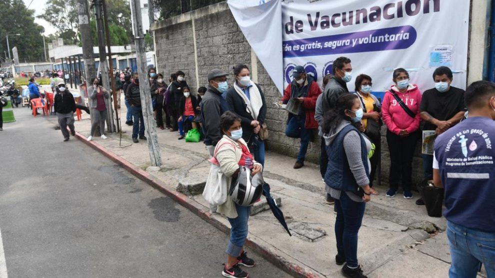 Largas filas de personas que buscan ser vacunados contra el nuevo coronavirus.