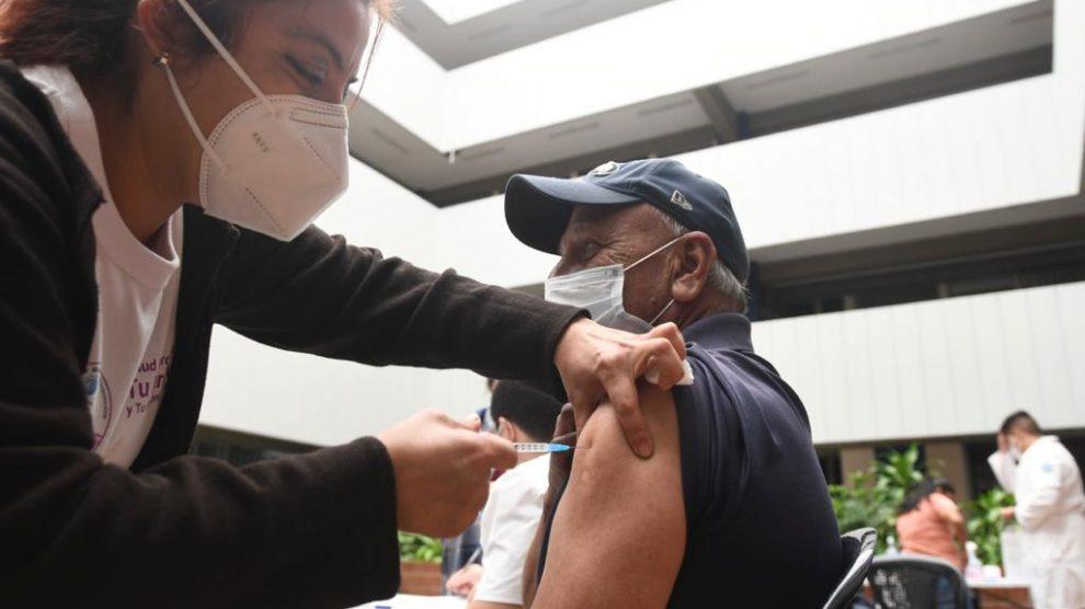 Vacunación contra el nuevo coronavirus en el Centro Universitario Metropolitano (CUM). COVID-19.