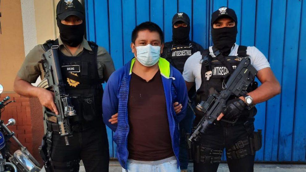 Agentes del comando antisecuestros de la Policía Nacional Civil (PNC) custodian a Luis Canahuí González.