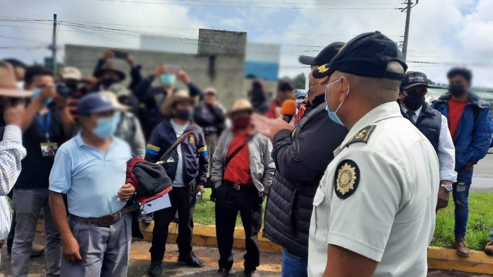 Vecinos de San Andrés Itzapa, en Chimaltenango, protestan por daños causados en sus viviendas, derivado de las inundaciones en el Libramiento de Chimaltenango.