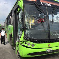 Unidad de Transmetro y camión chocan en Avenida Bolívar