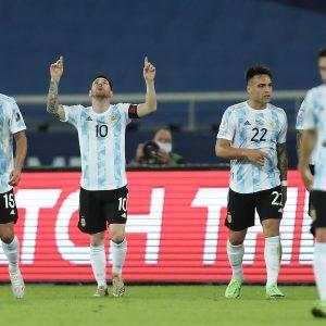 Lionel Messi celebra una anotación frente a Chile