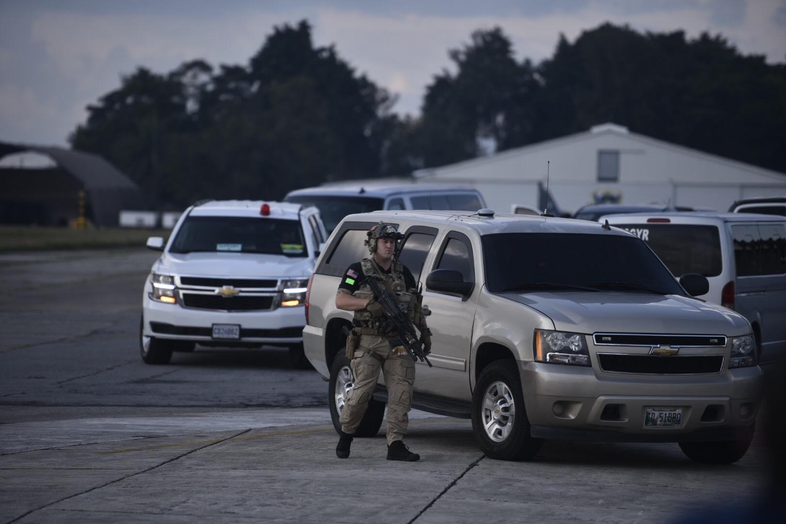 Agente de seguridad con fusil de asalto