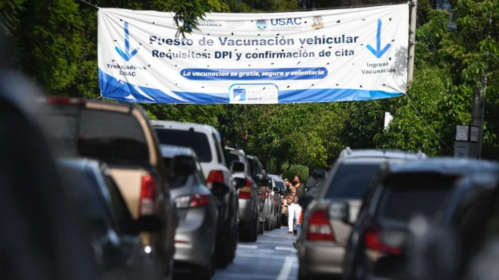 Centro de vacunación contra el COVID-19 en la Universidad de San Carlos (Usac).