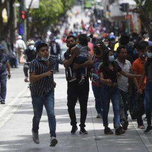Afluencia de personas en la Sexta Avenida, en la zona 1, pese a incremento de contagio de COVID-19.