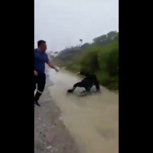 """Agentes de la Policía Nacional Civil (PNC) son agredidos por integrantes de la estructura denominada """"los Polleros""""."""