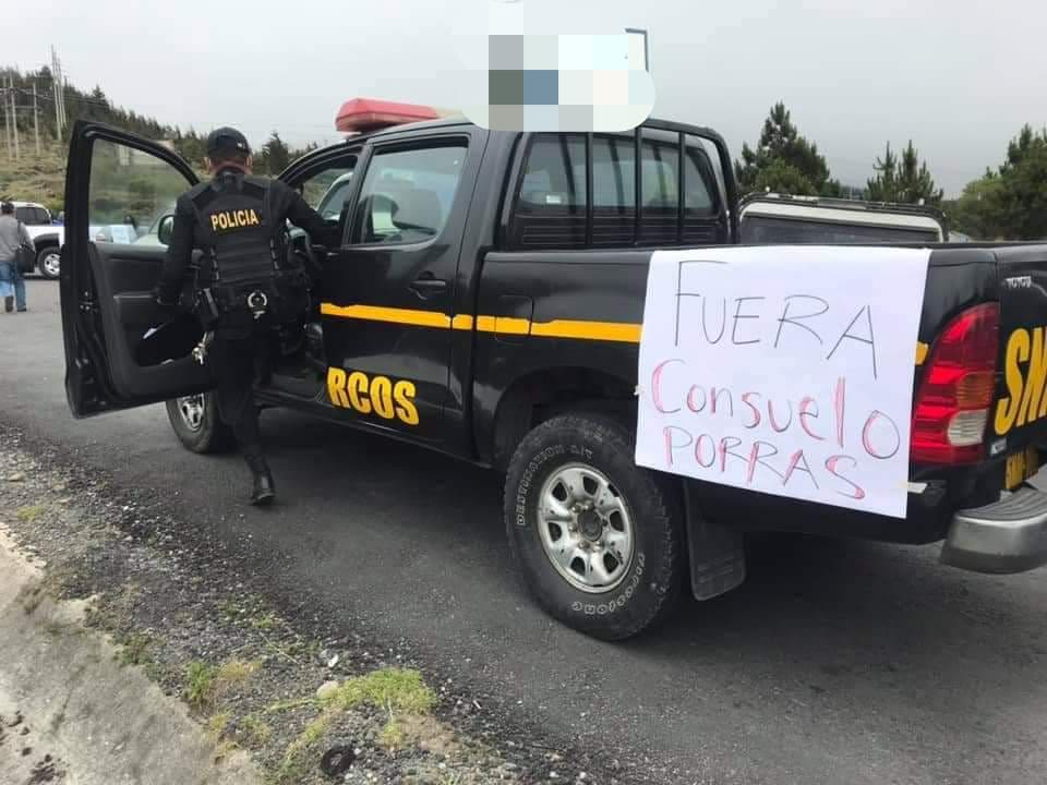 Mensajes contra autoridades figuran en carteles colocados a autopatrulla.