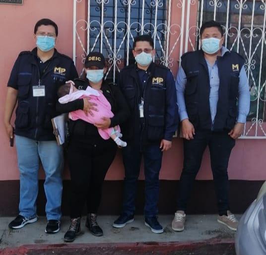 Autoridades rescatan a la bebé Blanca Esmeralda Chapetón Sapón, quien había sido arrebatada de su familia.