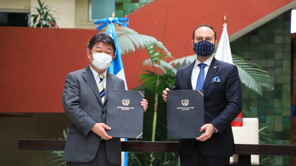 El canciller Pedro Brolo y su homólogo japonés, Toshimitsu Motegi, firman canje de notas por equipo para la reconstrucción de los daños causados por la lluvia de Eta e Iota.