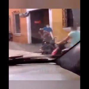 El Ministerio Público (MP) inició una investigación por la agresión en contra de un hombre en silla de ruedas, la cual fue grabada en video.
