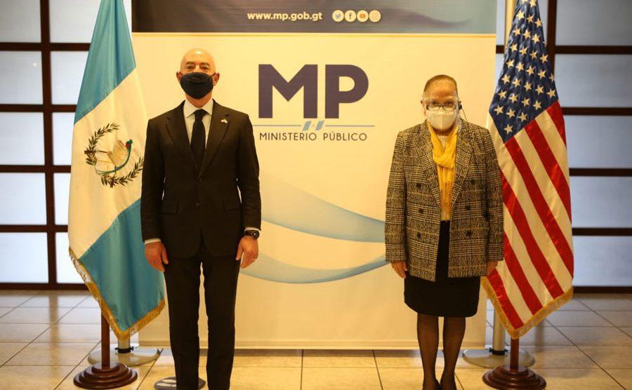 Alejandro Mayorkas y Consuelo Porras