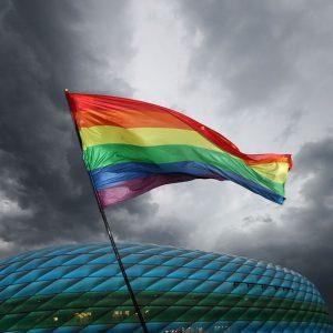 Bandera LGBT ondea en la Euro