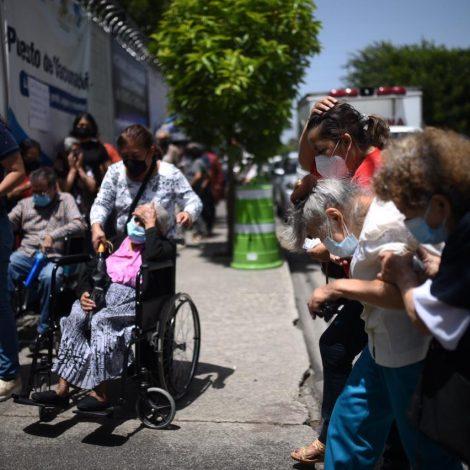 Ciudadanos interesados en la vacuna contra el nuevo coronavirus. COVID-19.