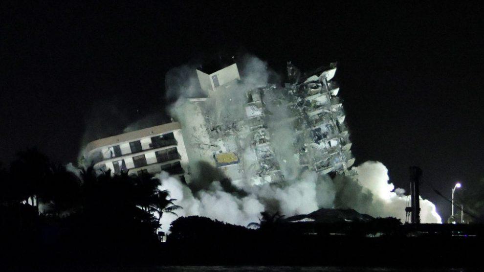 Parte que quedaba en pie de edificio en Florida fue demolida