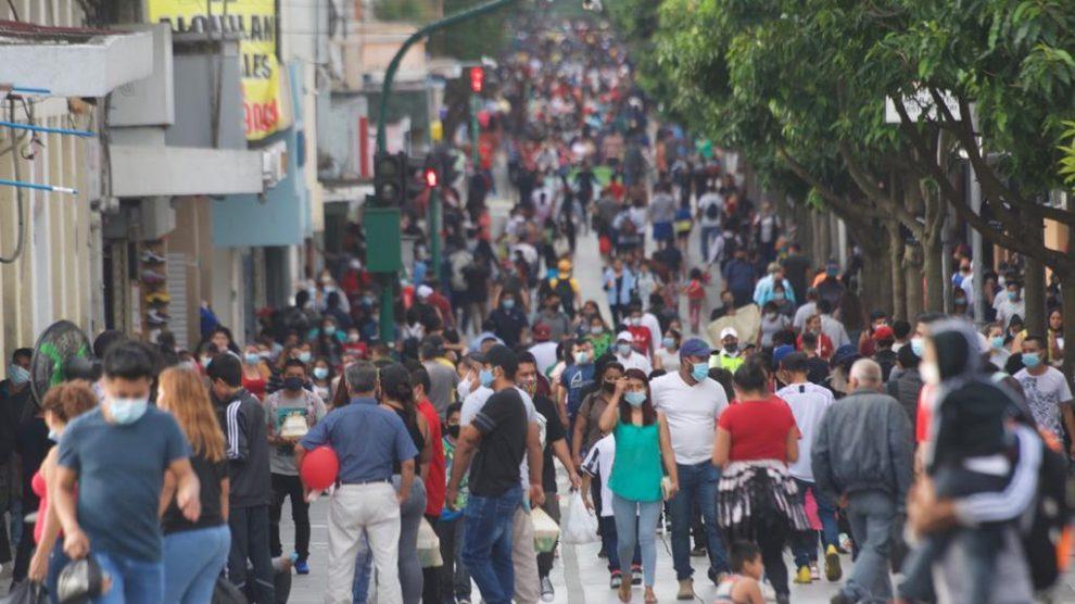 Guatemaltecos abarrotan el Paseo de la Sexta en plena pandemia de Covid-19.
