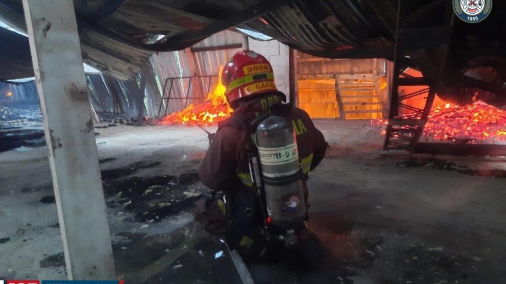 Se registra incendio en fábrica de colchones ubicada en Mixco