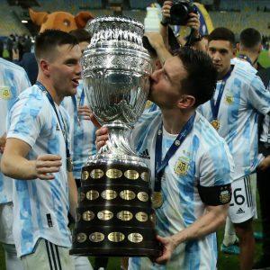 Lionel Messi besa el trofeo de la Copa América