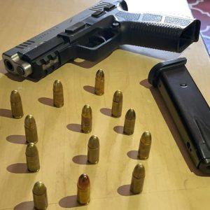 Pistola decomisada a capturado por haber disparado contra dos compañeros