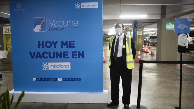 Inauguran puestos de vacunación en centros comerciales de Spectrum