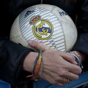Escudo del Real Madrid en un balón de futbol