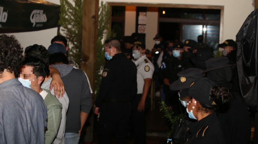 PNC sorprende a 50 personas infringiendo ley seca en zona 16