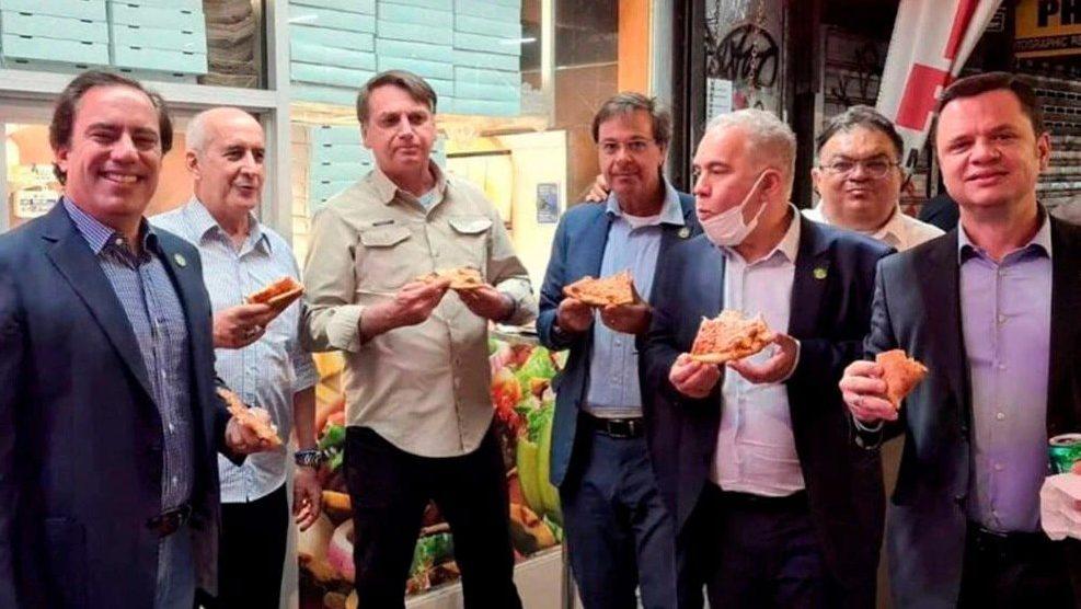 Jair Bolsonaro comiendo pizza en una calle de Nueva York
