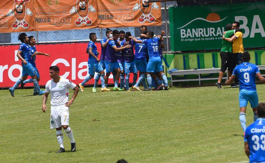 Jugadores de Santa Lucía celebran el gol de Víctor Guay
