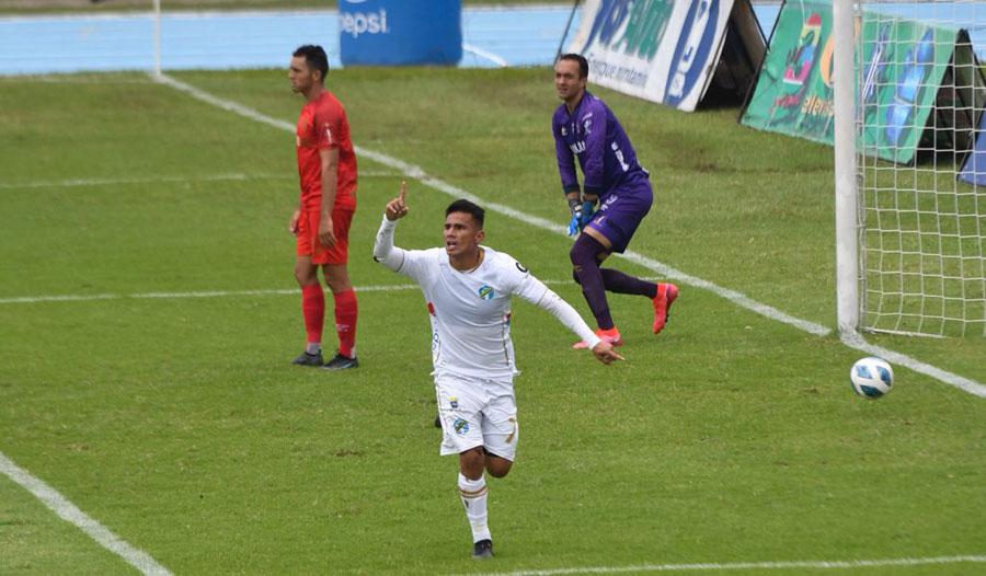 Andrés Lezcano celebra el gol de la victoria de Comunicaciones