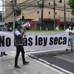 manifestación contra implementación de ley seca y toque de queda
