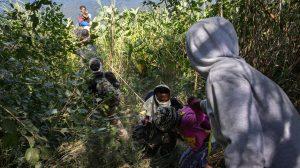 Migrantes haitianos cruzando el Río Grande