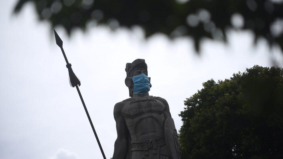 Monumento de Tecún Umán con mascarilla contra el Covid-19