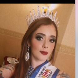 Señora Nacional de Independencia genera polémica por tener el cuerpo cubierto de tatuajes